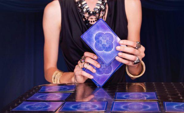 Карты Таро в руках девушки