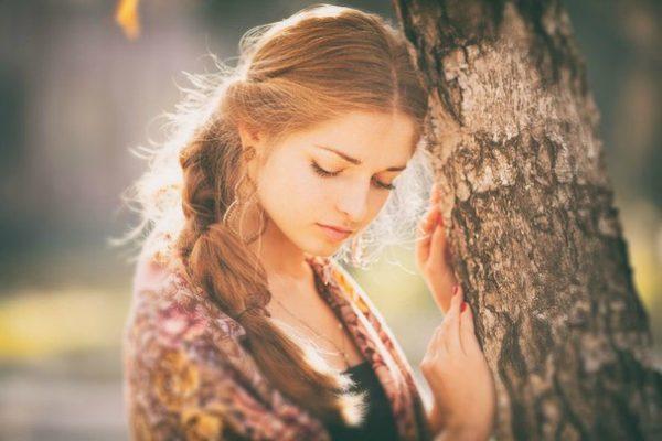 Красивая девушка у дерева