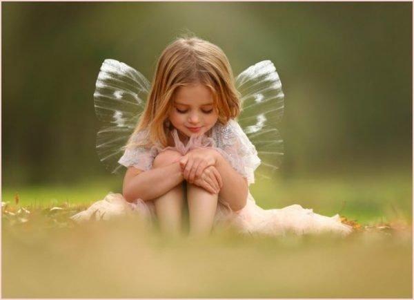 Маленькая девочка с крыльями