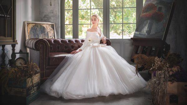 Молодая аристократка в белом платье