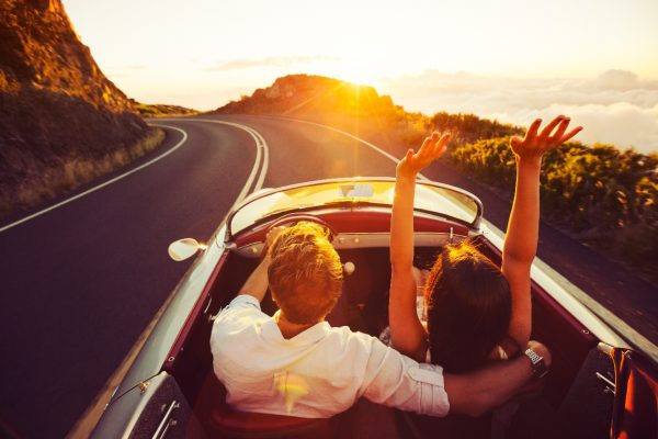Мужчина и девушка едут на машине