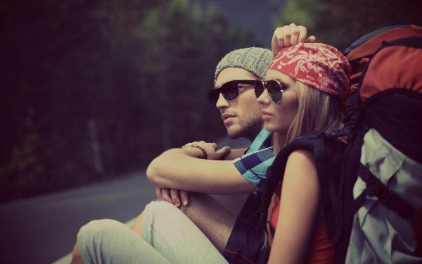 Мужчина и женщина сидят на асфальте