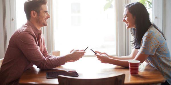 Мужчина и женщина сидят за столом