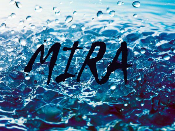 Надпись MIRA на фоне воды