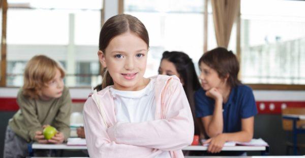 Школьница на фоне одноклассников