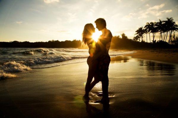 Влюблённые на берегу океана