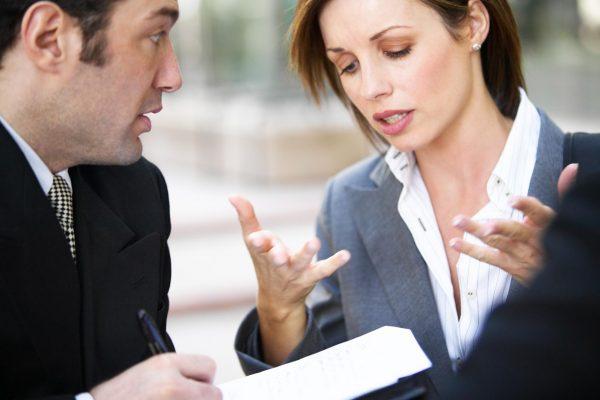 Женщина что-то высказывает коллеге