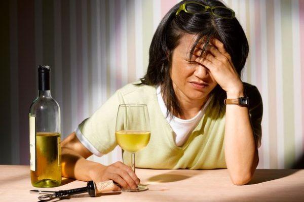Женщина с бокалом спиртного