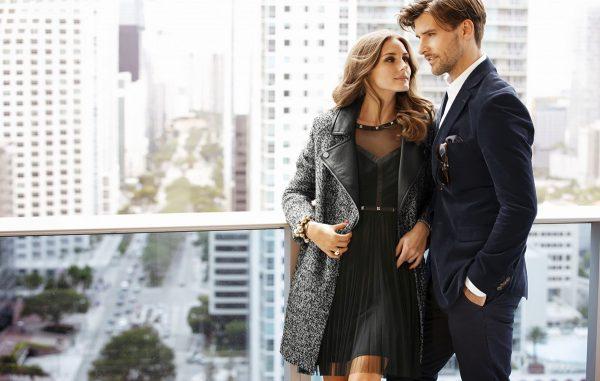 Женщина смотрит на мужчину
