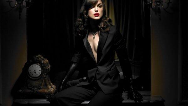 Женщина в чёрном костюме