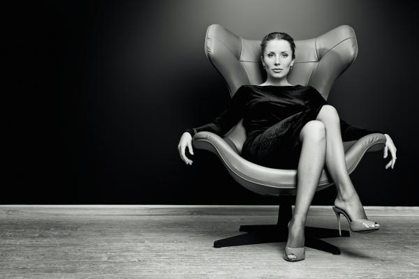 Женщина в кресле