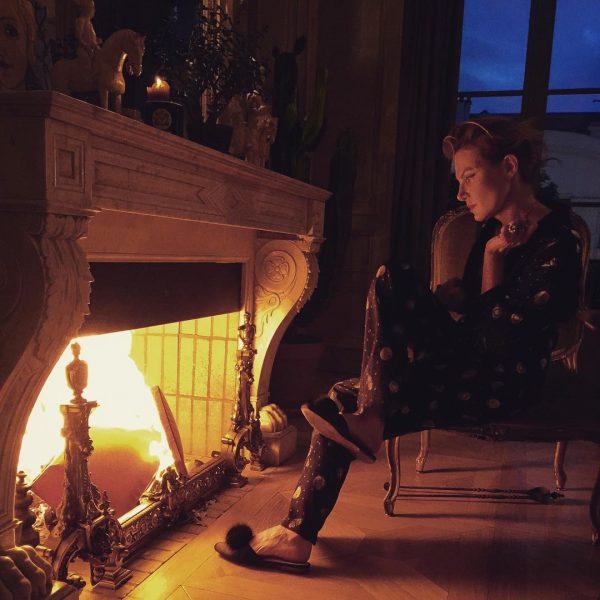 Женщина в кресле у камина
