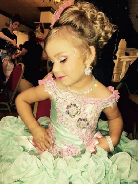 Маленькая девочка в красивом платье