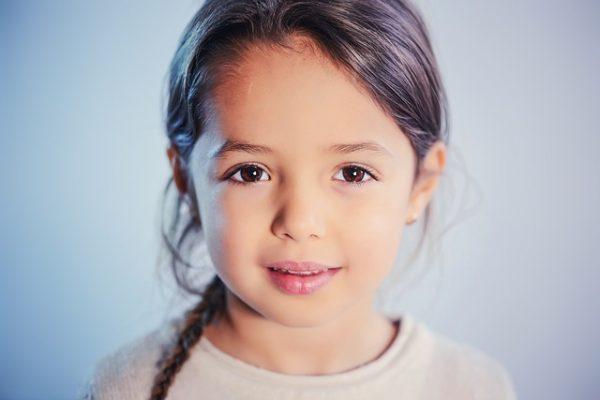 Девочка с карими глазами