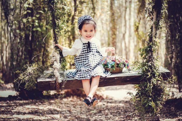 Девочка с корзинкой на качелях