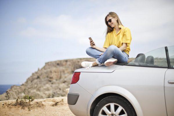 Девушка фотографируется на машине