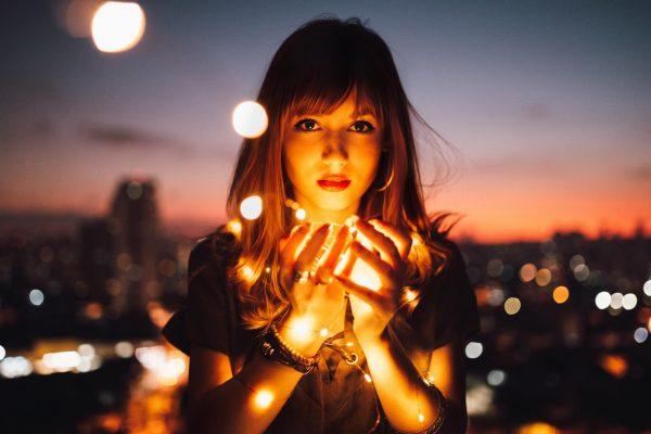 Девушка на фоне огней ночного города
