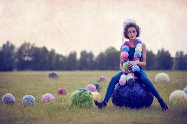 Девушка на шаре в виде мягкой бусины