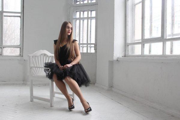 Девушка на стуле в пустой комнате