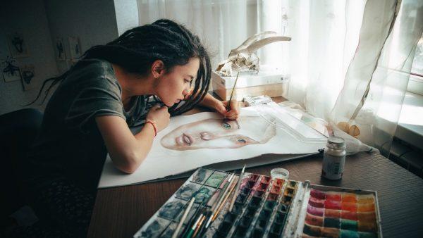 Девушка пишет портрет