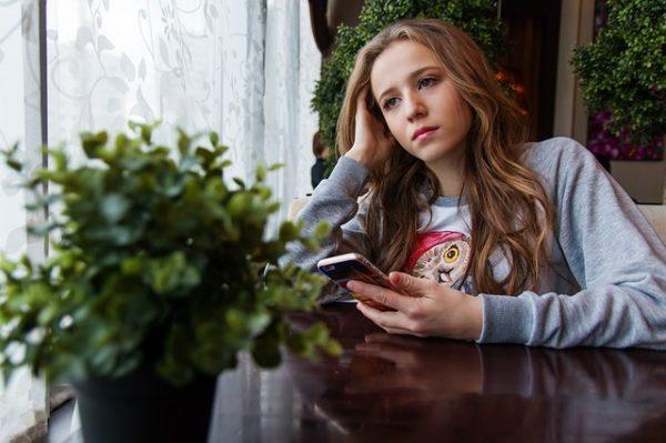 Девушка-подросток с телефоном