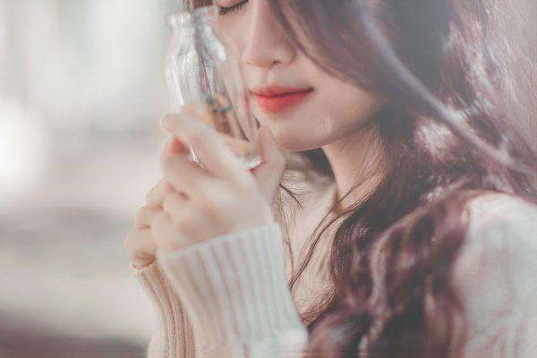 Девушка с декоративной бутылочкой в руках