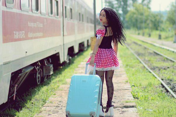 Девушка с голубым чемоданом
