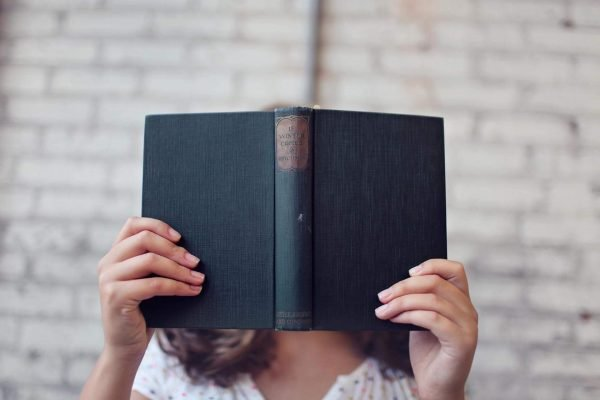 Девушка с книгой