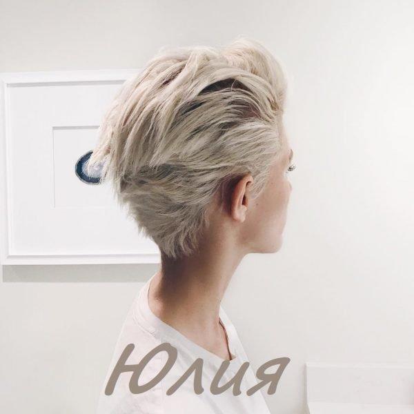Девушка с короткими волосами со спины