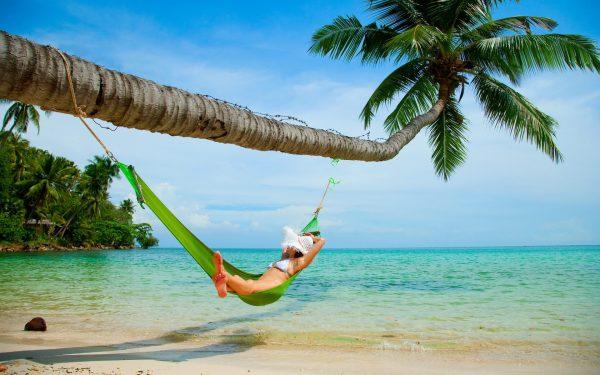 Девушка в гамаке под пальмой