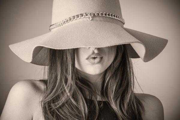 Девушка в красивой шляпе
