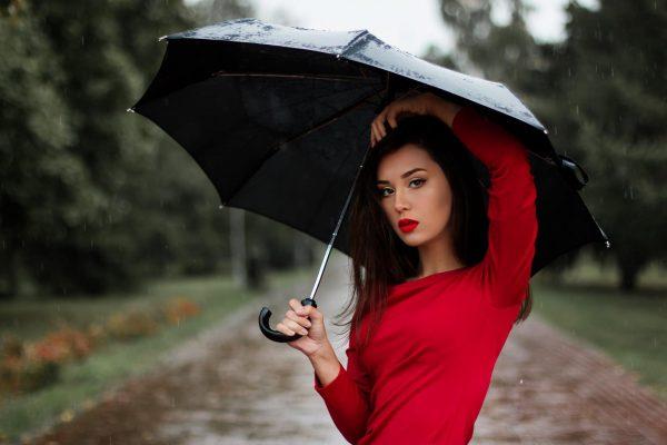 Девушка в красном платье с зонтиком