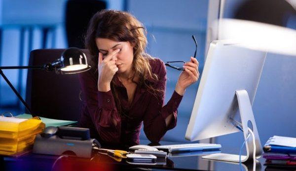 Девушка закрыла глаза перед компьютером
