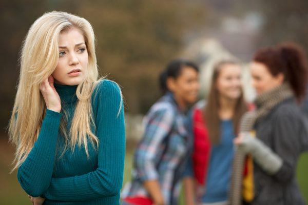 Девушки обсуждают подругу