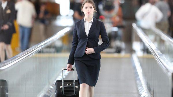 Грустная девушка с чемоданом