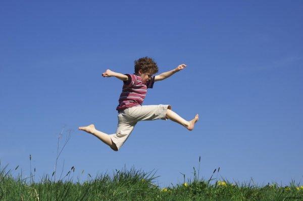 Мальчик прыгает
