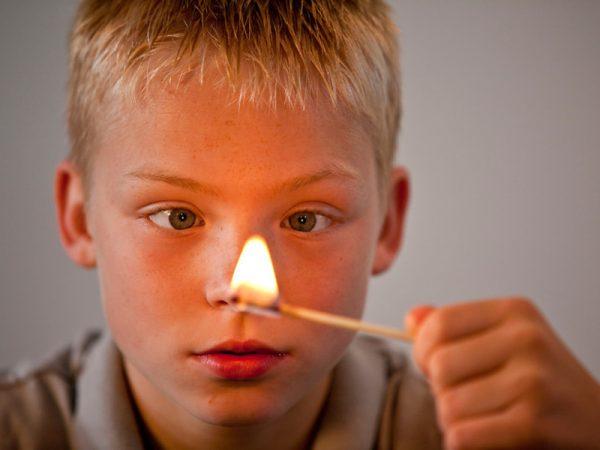Мальчик с горящей спичкой