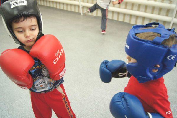 Мальчики занимаются боксом
