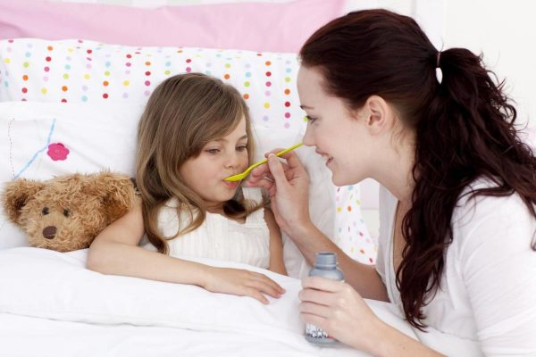 Мама даёт лекарство дочке