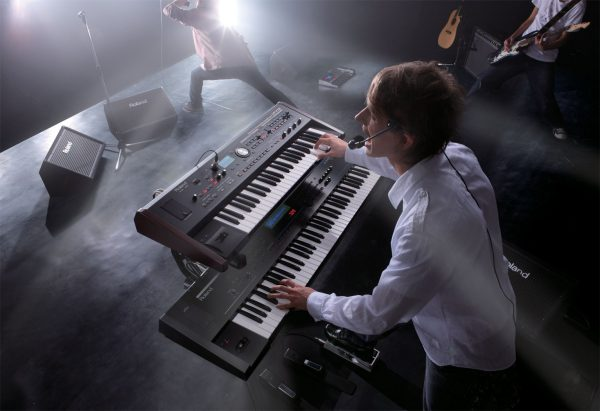 Молодой человек играет на синтезаторе