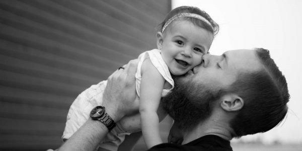 Мужчина целует дочь