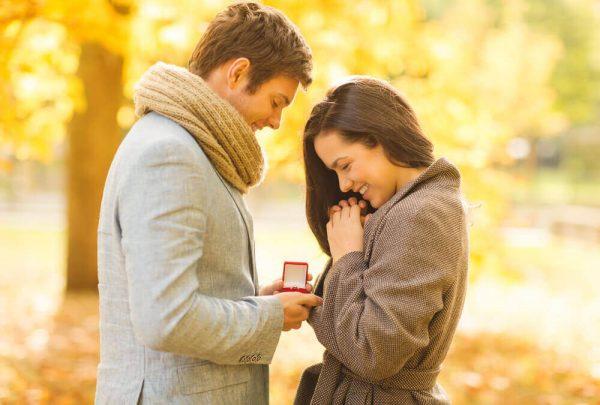 Мужчина дарит девушке кольцо
