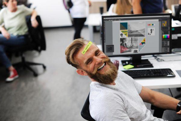 Мужчина дурачится на рабочем месте