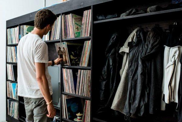 Мужчина и коллекция виниловых пластинок
