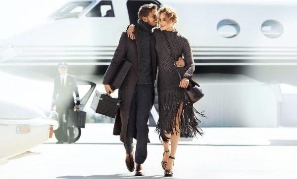 Мужчина и женщина идут от самолёта