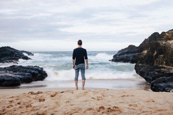Мужчина на берегу океана