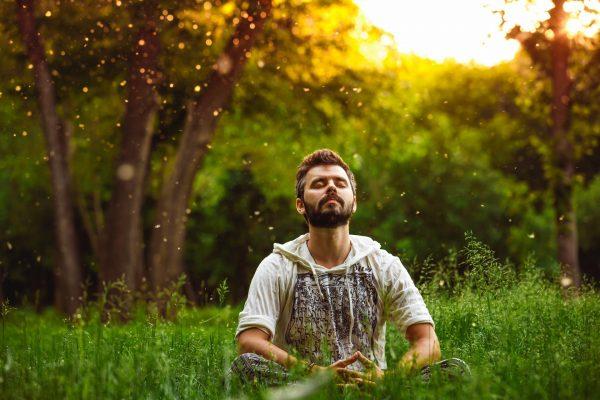 Мужчина сидит на траве