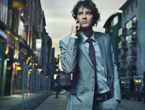 Мужчина в костюме на улице