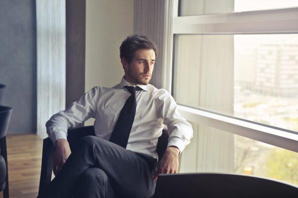 Мужчина в офисе у окна