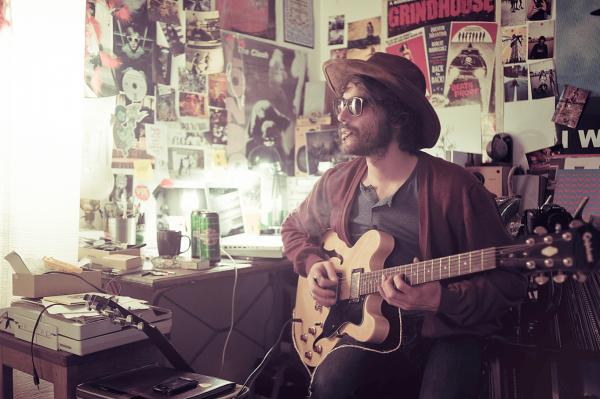 Мужчина в шляпе и с гитарой
